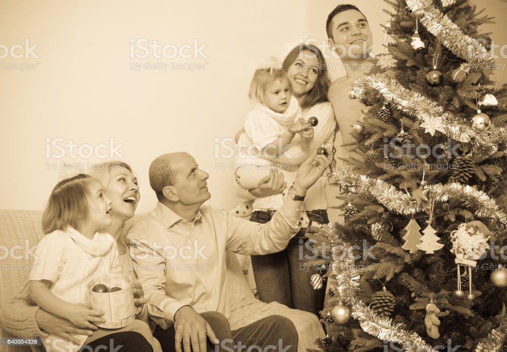 Família decorar uma árvore de ano novo - foto de acervo