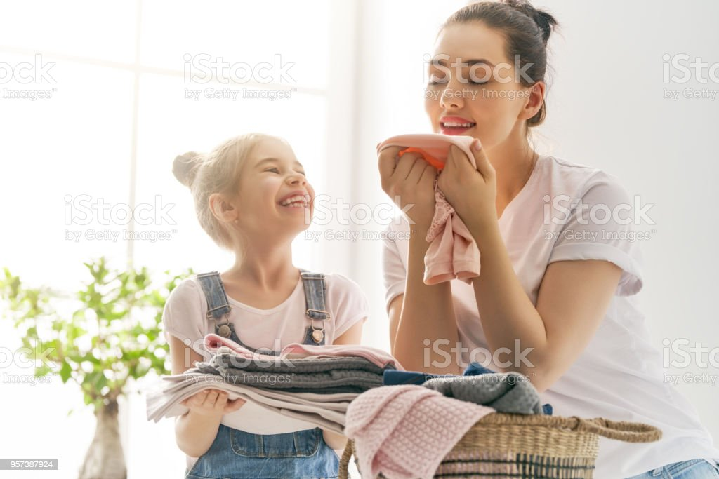 Familie, die Wäsche zu Hause – Foto