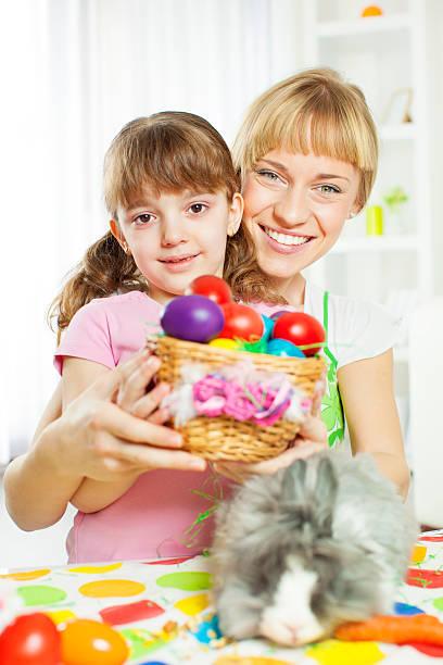 ostern porträt der familie. - osterhase zeichnen stock-fotos und bilder