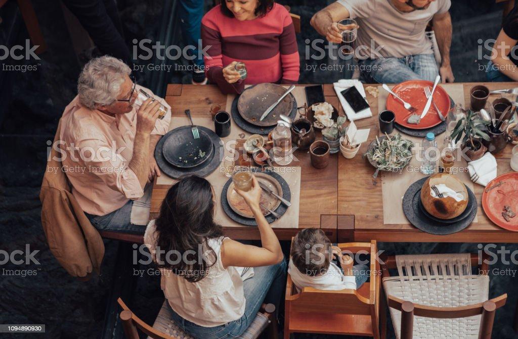 Familia comiendo en un restaurante mexicano - foto de stock