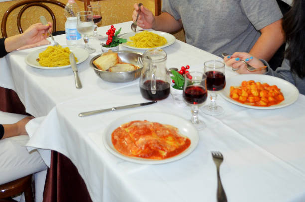 familie authentisches italienisches essen in rom.  italienische pasta besteht aus unverschmutzten, gnocchi und ravioli. - pasta cabonara stock-fotos und bilder