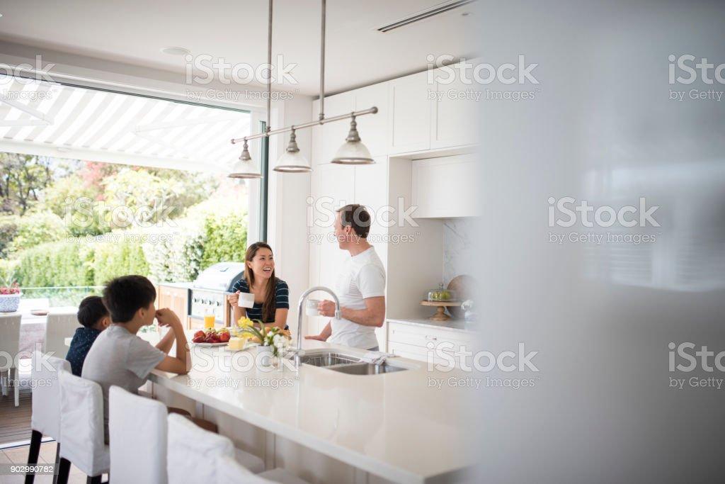 Familie frühstücken in der Küche – Foto