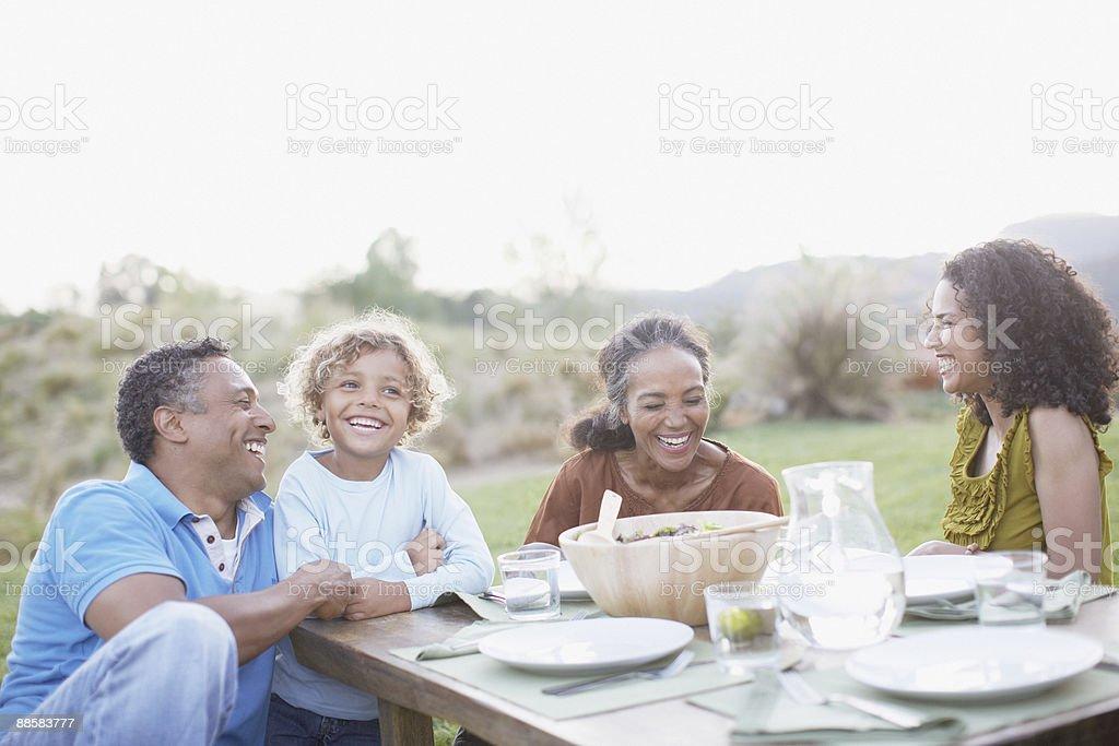 Familia comiendo al aire libre - foto de stock