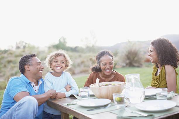 familia comiendo al aire libre - comida india fotografías e imágenes de stock