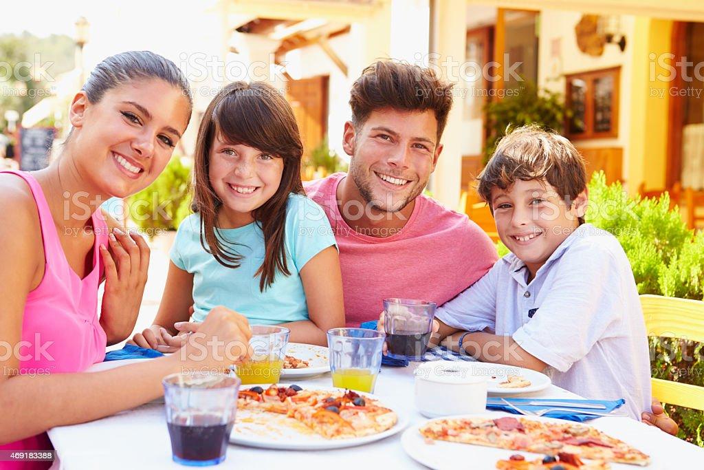 Ritratto di famiglia mangiare pasto al ristorante all'aperto - foto stock