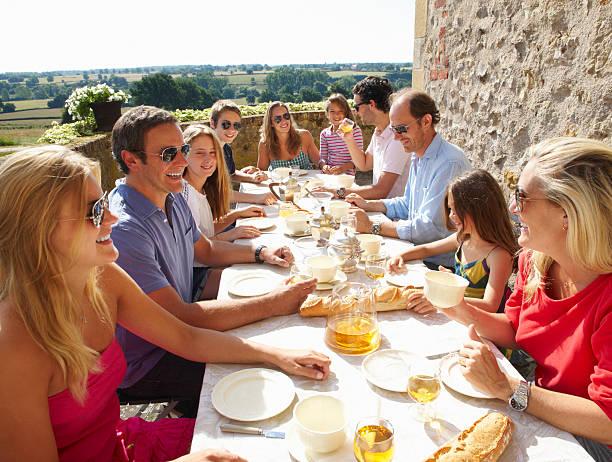 Família comer juntos ao ar livre - foto de acervo