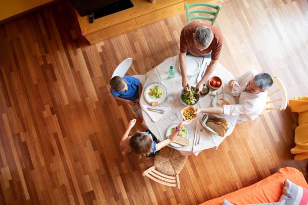 LGBTQ-Familie zusammen essen – Foto