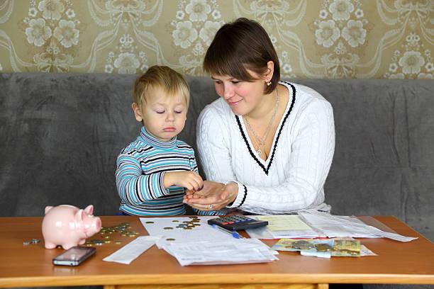 familien, die in der haushalt finanziert - kindergeldantrag stock-fotos und bilder
