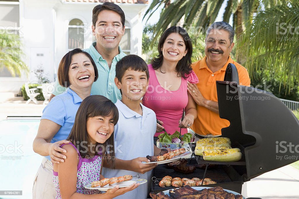 Family Enjoying A Barbeque royalty free stockfoto