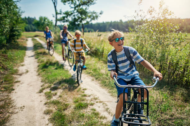 Familie genießt eine Radtour – Foto