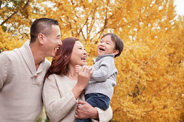 Familie zu einem Park im Herbst – Foto