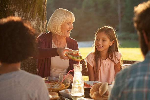 familie genießen sie barbecue im freien - hofkleider stock-fotos und bilder