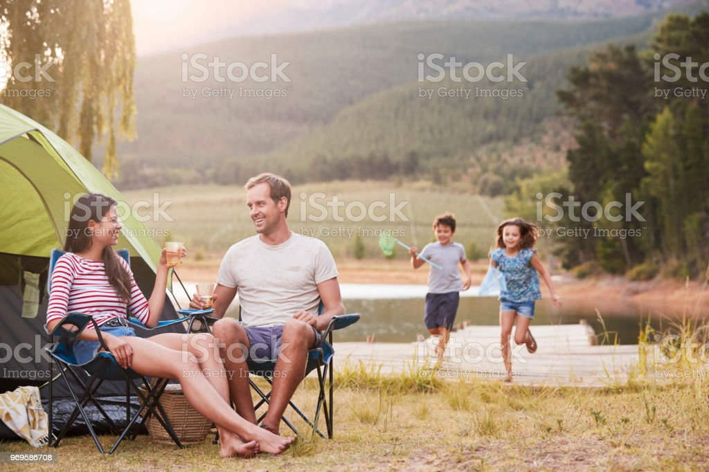 Family Enjoying Camping Vacation By Lake Together - Royalty-free 10-11 Anos Foto de stock