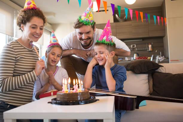 familie genießen feiert geburtstag - gitarren geburtstagstorten stock-fotos und bilder