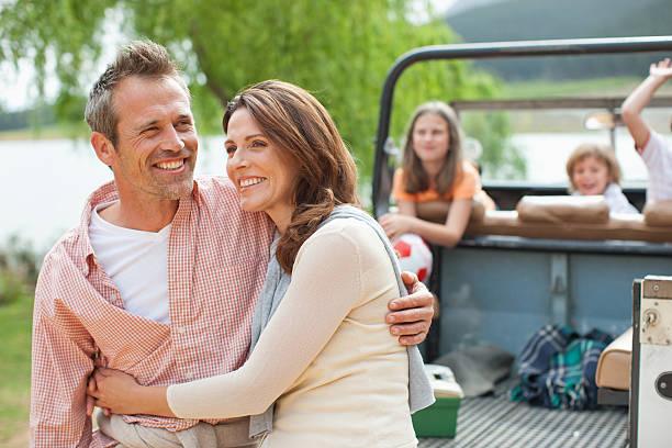 familie genießen tag im lake - 35 39 jahre stock-fotos und bilder