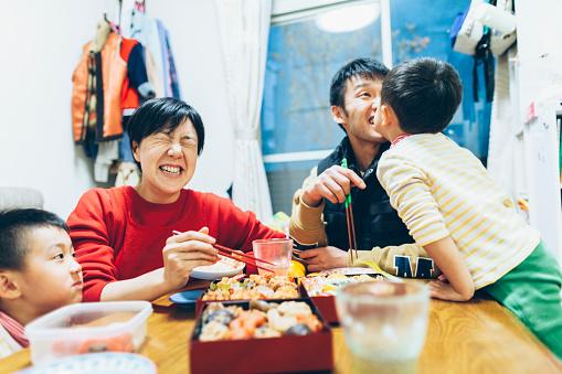 家族一緒に食事を楽しんで - 2歳から3歳のストックフォトや画像を多数ご用意