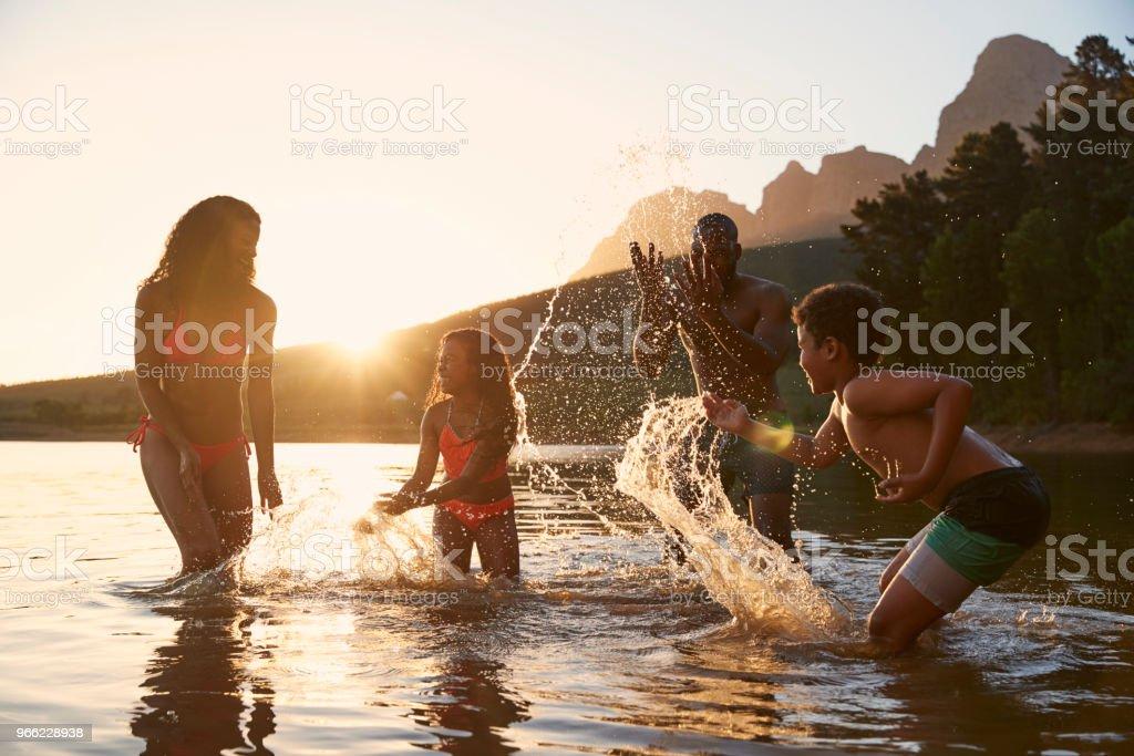 Familie Abend Schwimmen im See Landschaft genießen – Foto