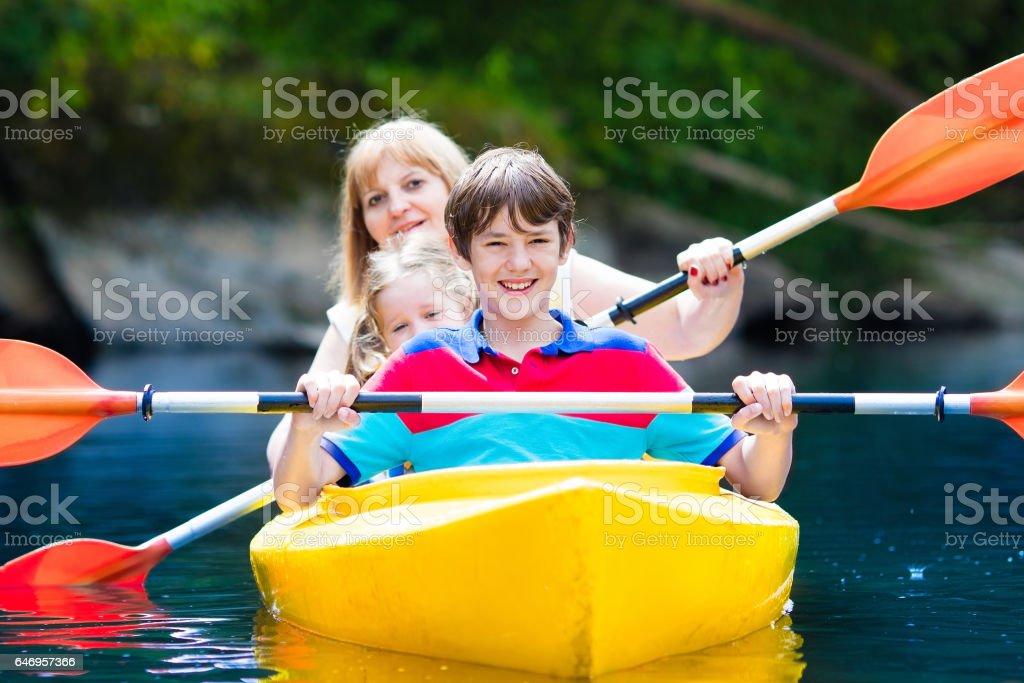 Famille profitant de balade en kayak sur la rivière - Photo