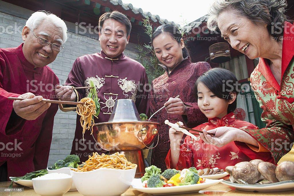 Familie genießen chinesische Mahlzeit in traditioneller Kleidung – Foto