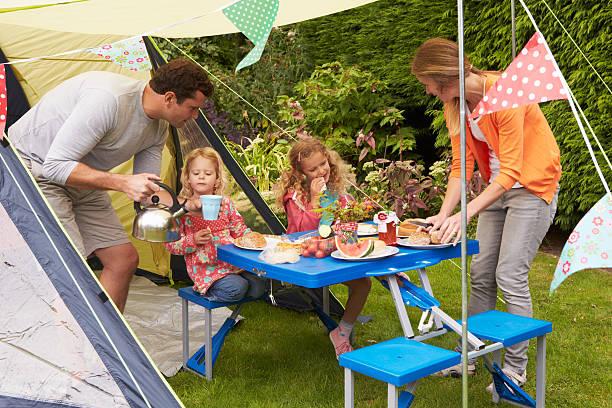 Familien genießen Mahlzeit im Freien-Zelt Camping-Urlaub – Foto