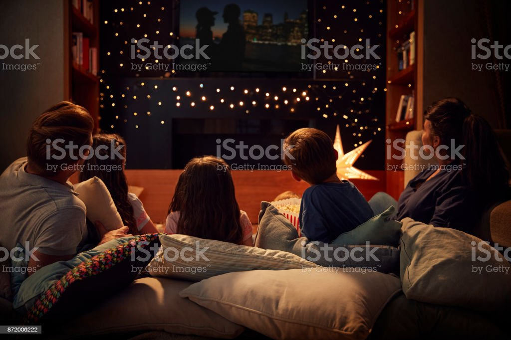 Family Enjoying Movie Night At Home Together foto stock royalty-free