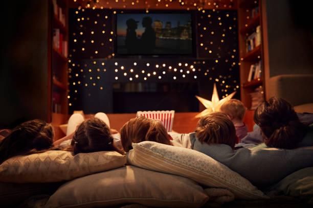 familia disfrutando juntos noche de cine en casa - family watching tv fotografías e imágenes de stock