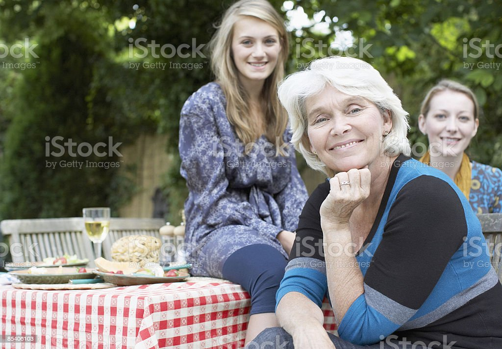 Les familles profiter pique-nique dans le jardin photo libre de droits