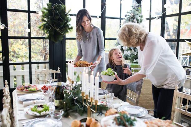 familie genießen weihnachten vorbereiten - kinderzimmer tischleuchten stock-fotos und bilder