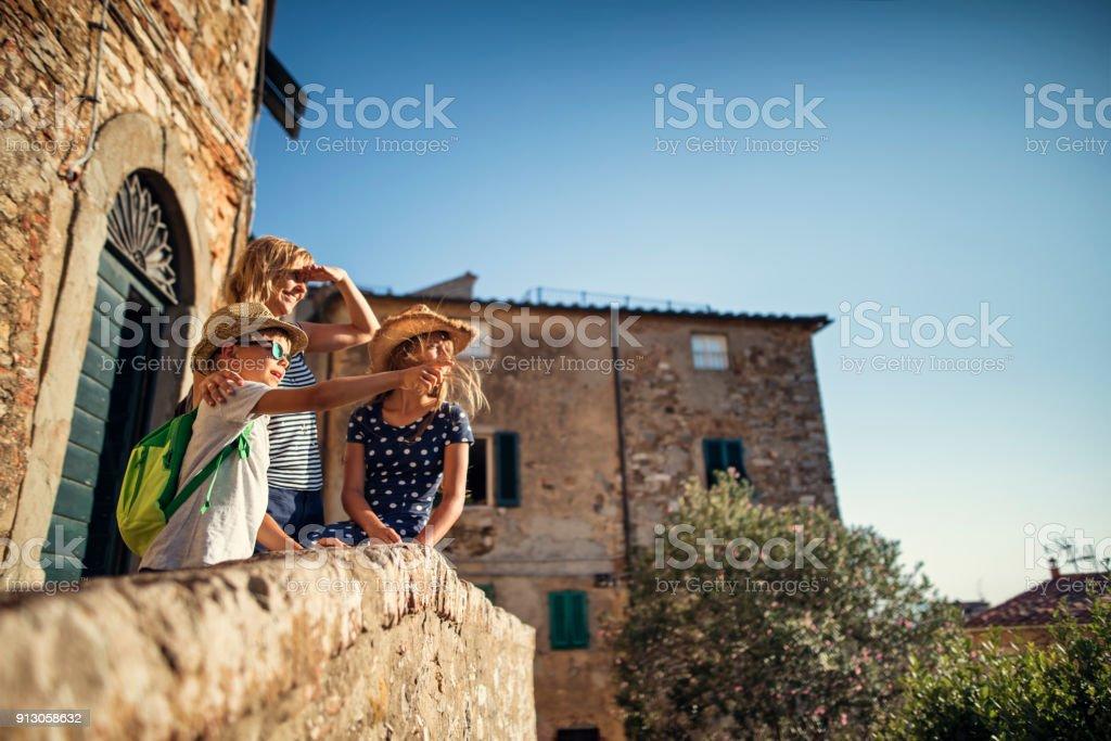 Familie genießen italienischen Kleinstadt sightseeing – Foto
