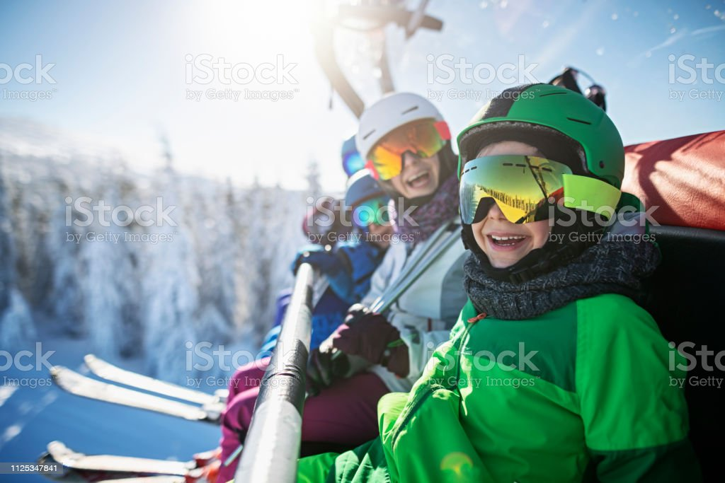 Familie Skifahren auf sonnigen Wintertag genießen – Foto
