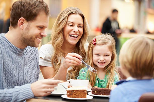 Familie genießen Sie einen Snack im Café zusammen – Foto