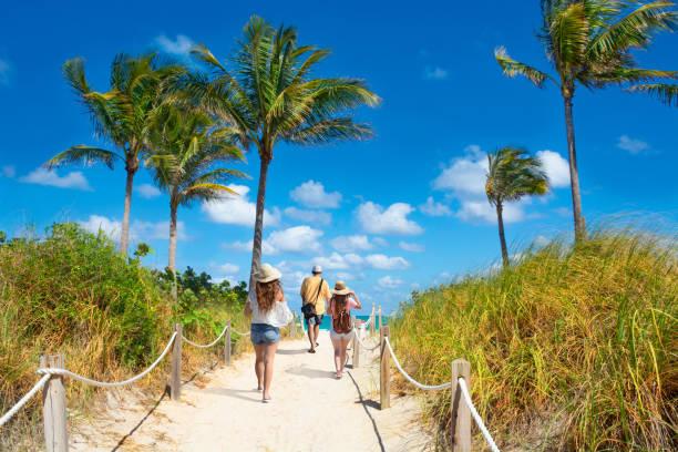 familie genießt die gemeinsame zeit am strand im sommerurlaub. - golfküstenstaaten stock-fotos und bilder