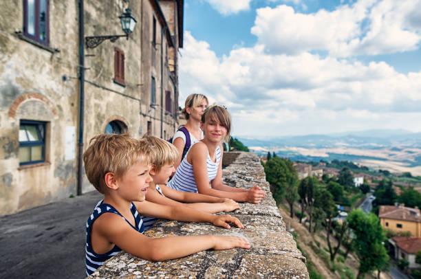 familie tuscany blick von volterra terrasse genießen - toskana ferien stock-fotos und bilder
