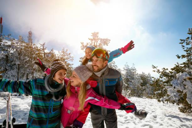 Familie genießt Winterurlaub in den Bergen und macht Selfie – Foto