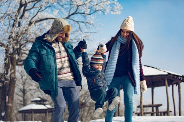 家庭享受冬天走在森林裡。 - 冬天大衣 個照片及圖片檔