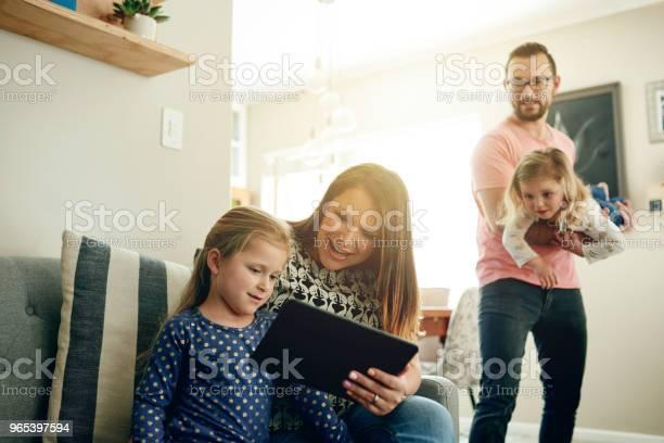 Rodzinna Rozrywka Jest Tylko Jednym Dotknięciem - zdjęcia stockowe i więcej obrazów Rodzina