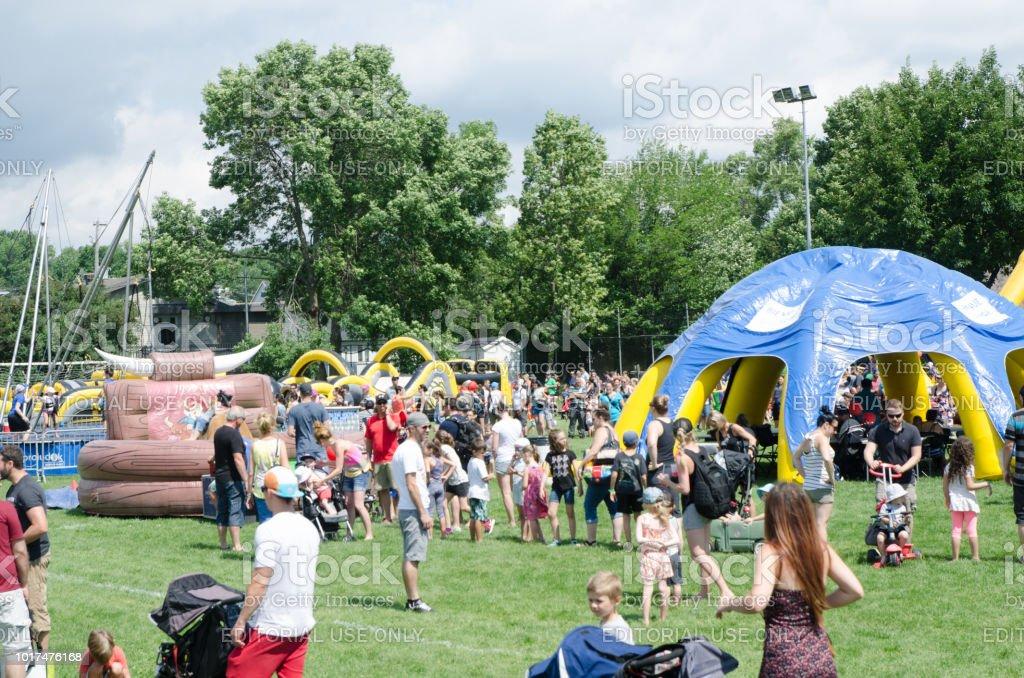 Familienfeiern mit Hüpfburgen Spiele in einem öffentlichen park – Foto