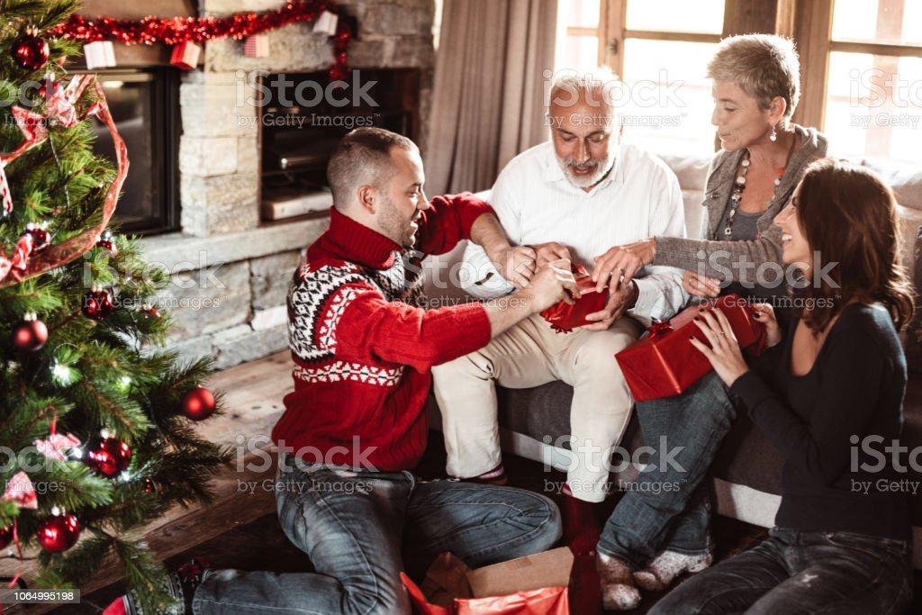 Geschenkideen Familie Weihnachten.Familie Die Austausch Von Das Geschenk Zu Hause Für Weihnachten