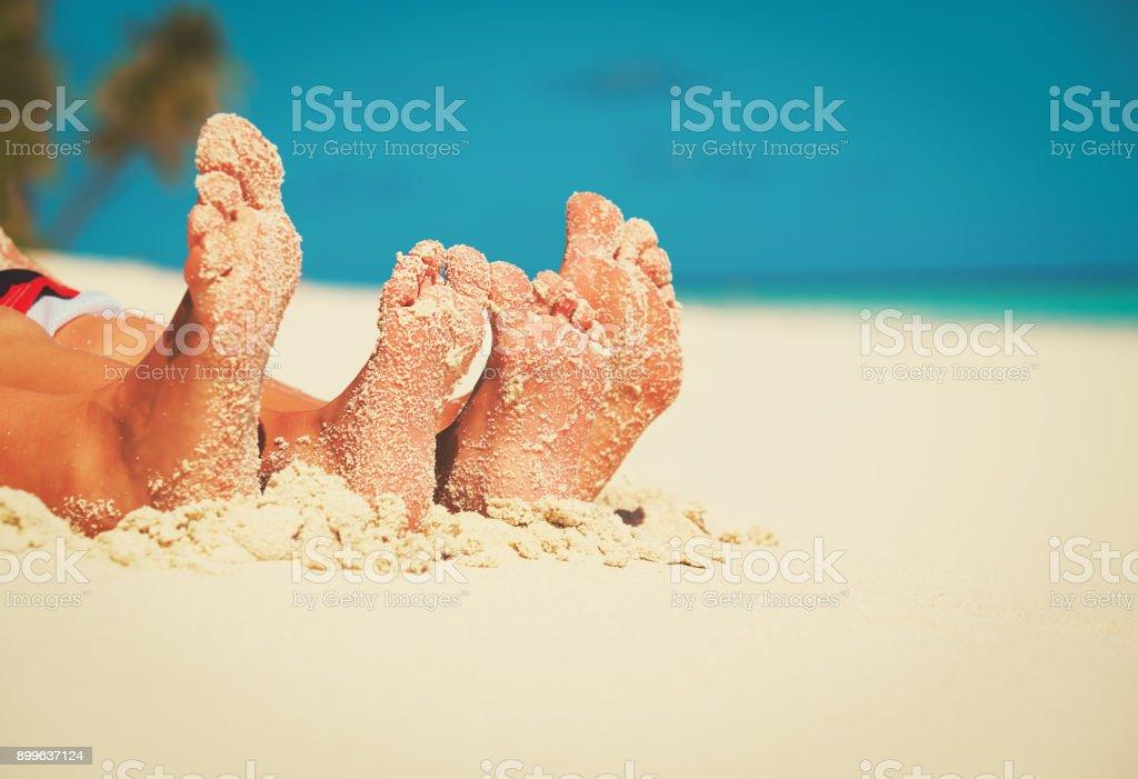 夏の熱帯ビーチに家族の足 ストックフォト