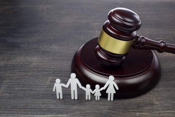 Familienfigur und Gavel auf Holztisch. Familienrechtskonzept – Foto