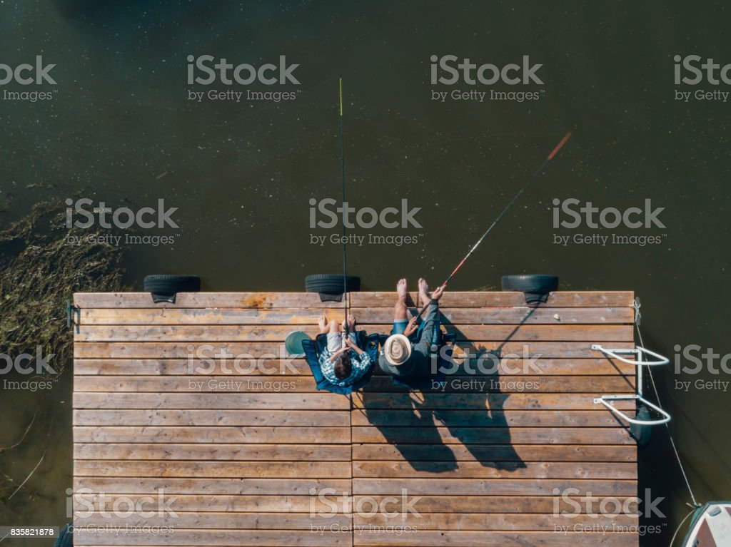 Pesca familiar en embarcadero - foto de stock