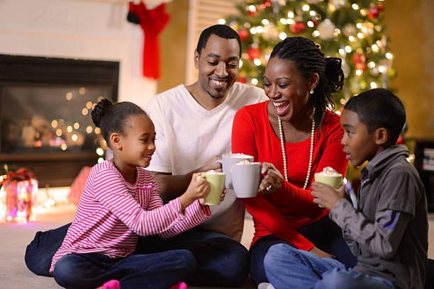 familia se reunieron en navidad por la mañana - happy couple sharing a cup of coffee fotografías e imágenes de stock