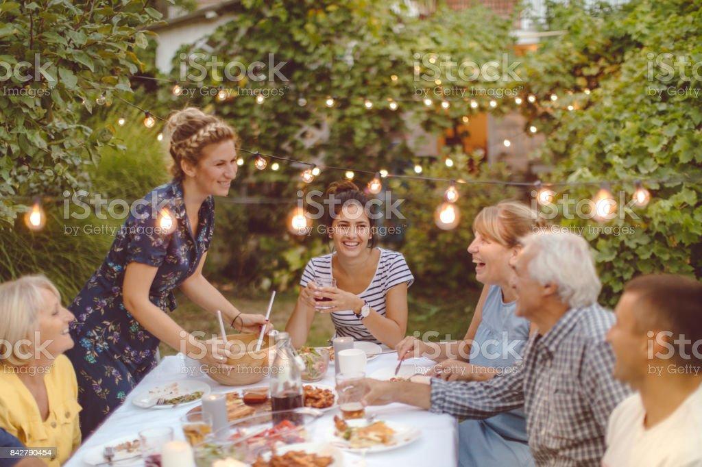 家族の夕食の席で集まり ストックフォト