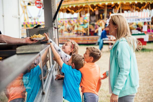 Familie, Essen auf dem Messegelände – Foto