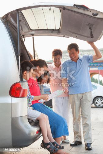 972962180 istock photo Family getting ready for a trip 186198976