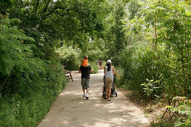 Familie gehen für einen Spaziergang im zoo – Foto