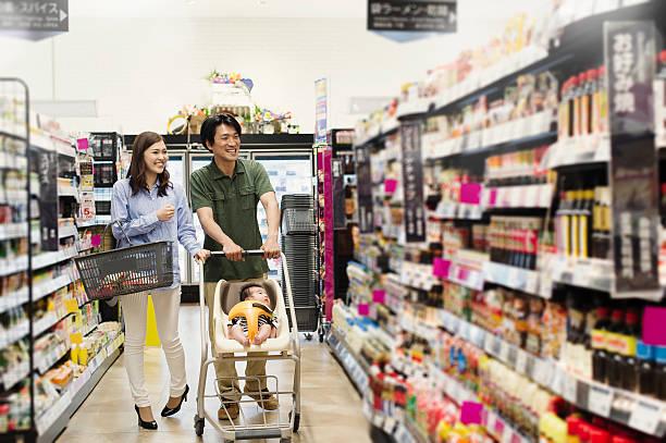 ご家族での食料品ショッピング、スーパーマーケット - スーパーマーケット 日本 ストックフォトと画像