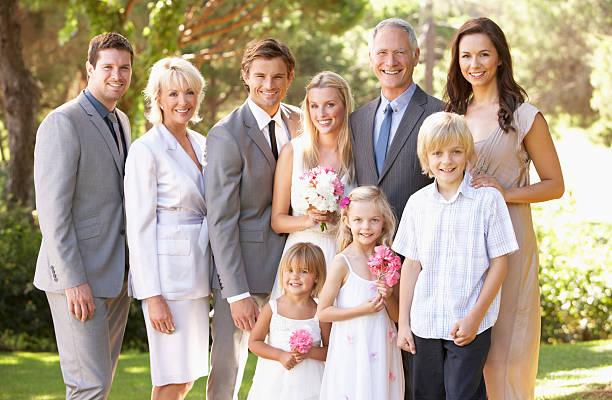 familie gruppe bei hochzeit - mütterbrautkleider stock-fotos und bilder