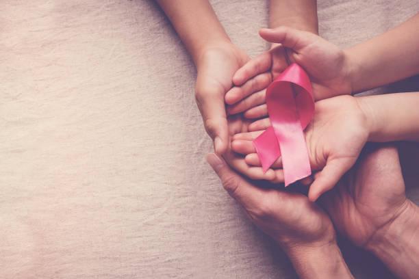 분홍색 리본을 들고 가족 손, 유방암 인식, 10 월 핑크 개념 - 분홍 뉴스 사진 이미지