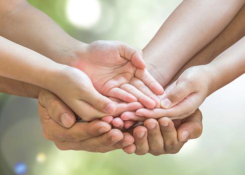Photo libre de droit de Familles Mains Priant Ensemble Pour Concept De Charité De Don banque d'images et plus d'images libres de droit de Action caritative et assistance